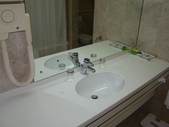 Al Qurum Resort: Bathroom