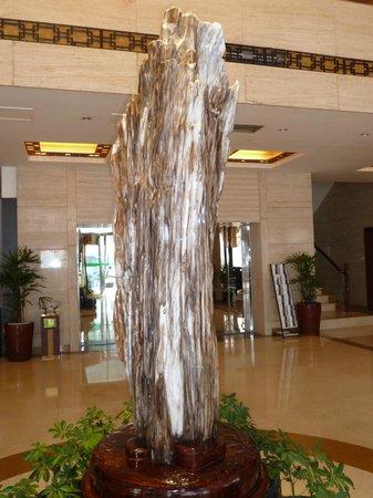 Jasper International Hotel: Beautiful displays of Jasper in foyer