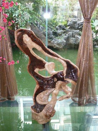 Jasper International Hotel: Wood display