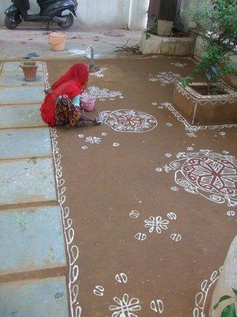 Art Inn Jaipur: painting the shaded area of the garden
