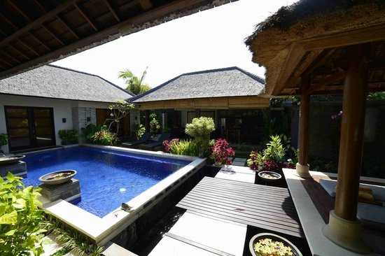 Bali Baik Villa & Residence: Rooms and kitchen view from pool area