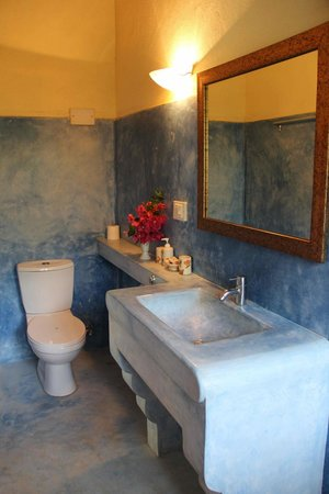 Michele's Garden - Cafe and B&b: Beautifully designed bathroom with hot water