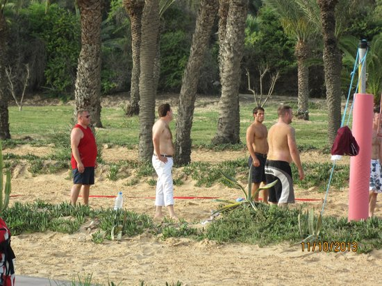 Scheherazade Hotel Sousse: The manager (only one in trousers!) joins in the volleyball game