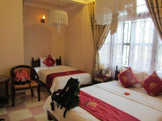 Nhi Nhi Hotel : habitación triple, limpia pero mediocre y antigua