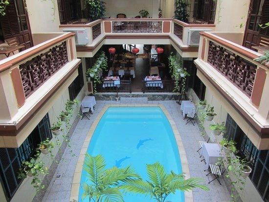 Nhi Nhi Hotel : piscina situada en el centro del interior del hotel , vista desde la habitación