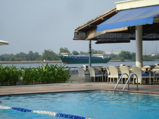 Riverside Serviced Apartments : Pool and Saigon river