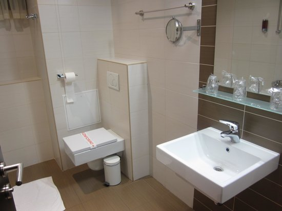 Birokrat Hotel: bathroom