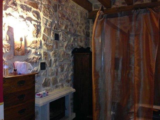 El Senorio De La Serrezuela: Bedroom with chimney