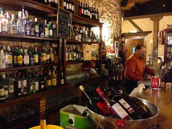El Senorio De La Serrezuela: Bar overview with Mariano in charge