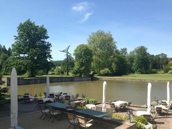 Schlosshotel Munchhausen : Terrasse Restaurant - umliegender Park und See