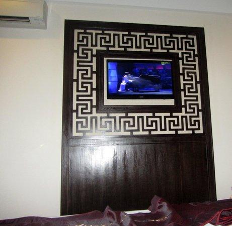 Hue Serene Palace Hotel : tv plasma en habitación, frente a la cama
