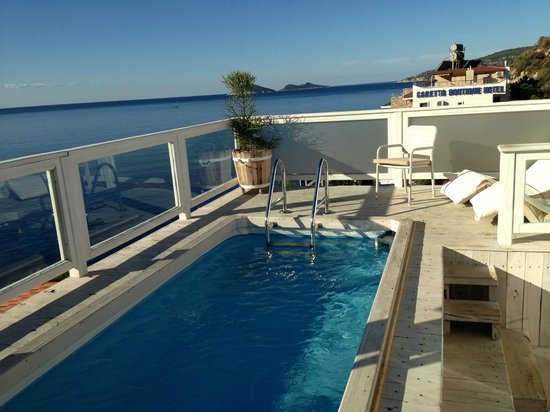 Likya Gardens Hotel Kalkan: Pool and sitting area top penthouse suite