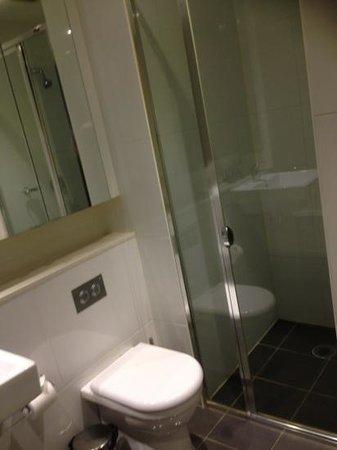 Meriton Serviced Apartments George Street, Parramatta: Ensuite