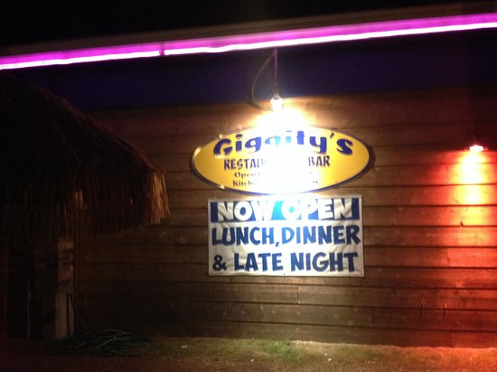 Giggity's Restaurant and Bar: Front is restaurant at night