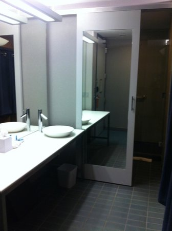Aloft Dulles Airport North : bathroom-modern and clean