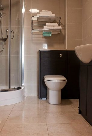 The Old Clubhouse: Stylish en-suite shower or bathroom to all bedrooms.