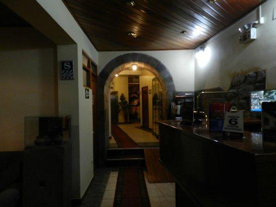 Del Prado Inn : Recepción del hotel (bien al fondo se ve una parte de la pared inca original)