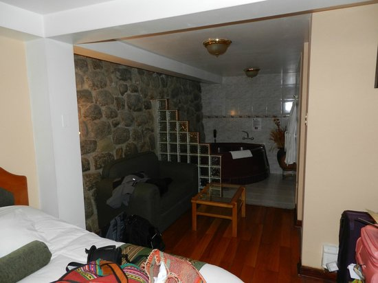 Del Prado Inn : La habitación (el desorden es nuestro)