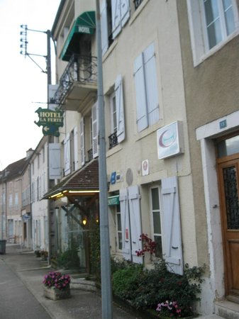 Hotel de la Ferte : street view of hotel