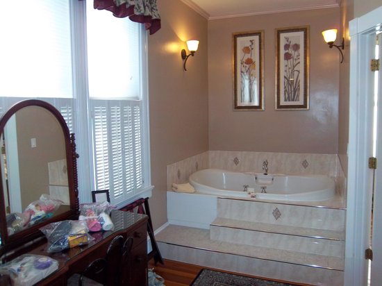 Saltair Inn Waterfront B&B: Master bath tub area of master suite