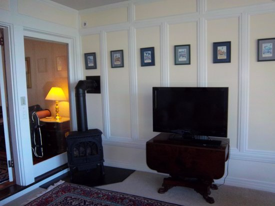 Saltair Inn Waterfront B&B: TV and gas stove in sitting area in the master suite