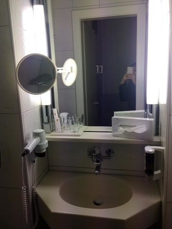 Coronado Hotel : Basin with good mirrors and sufficient light!