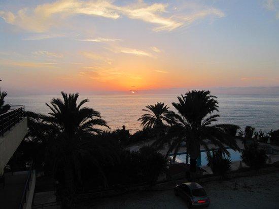 Vrachia Beach Hotel & Suites: zonsondergang