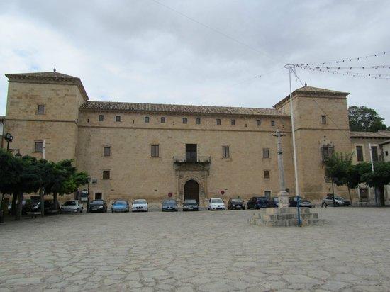 Palacio ducal de Pastrana: palacio, vista desde la plaza de las Horas