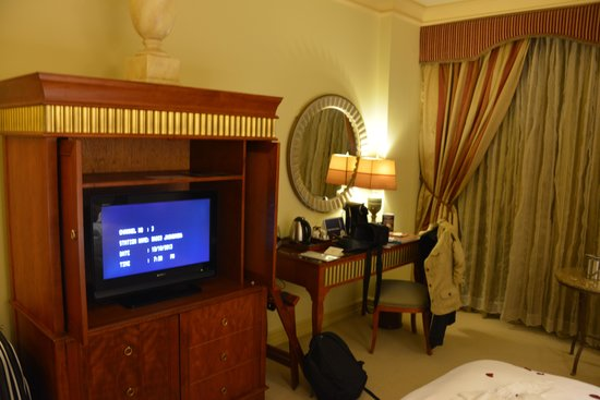 Peermont D'oreale Grande at Emperors Palace: Desk and TV stand