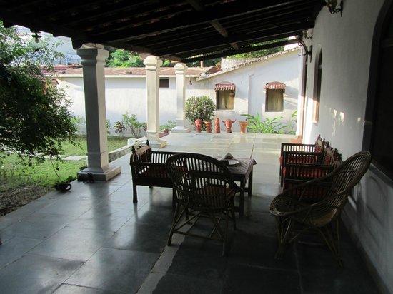 Kanker Palace: porche de una habitacion