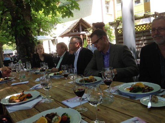 Hotel Weisses Kreuz: Lunch im romantischen Garten