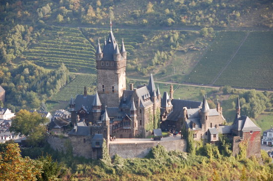 Mosel Radweg: View of the Castle from above the Valley