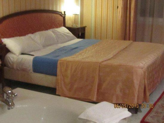 Golden Tulip Cannes Hotel De Paris: grand lit comfortable