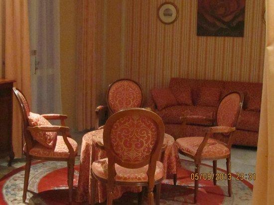 Golden Tulip Cannes Hotel De Paris: chambre/suite avec grand salon