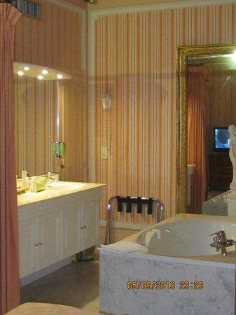 Golden Tulip Cannes Hotel De Paris: en plus d'une douche,grande baignoire dans la chambre