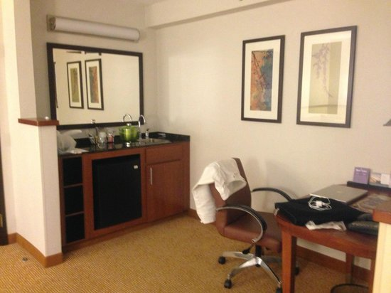 Hyatt Place Orlando Airport: desk area and wet bar