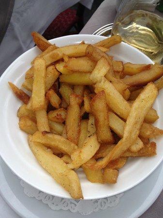 L'Escargot : frites passées plusieurs fois dans la graisse,qlques bouts noircis