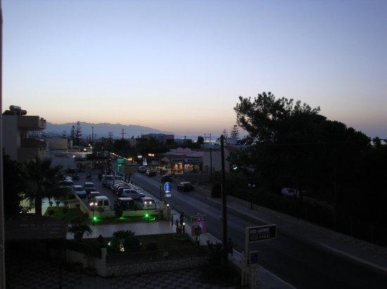 Orion Hotel: De zon is al onder, uitzicht vanaf ons balkon (kamer 615)