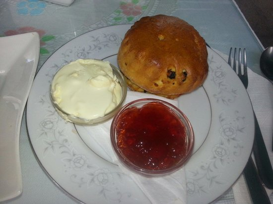 Harriet's Tea Room and Restaurant: Fresh baked fruit scone, proper clotted cream and strawberry jam