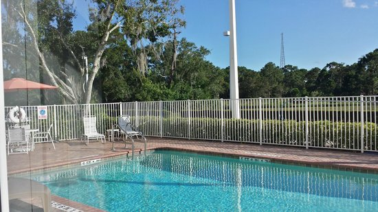 Holiday Inn Express Hotel & Suites Palm Bay : Pool area
