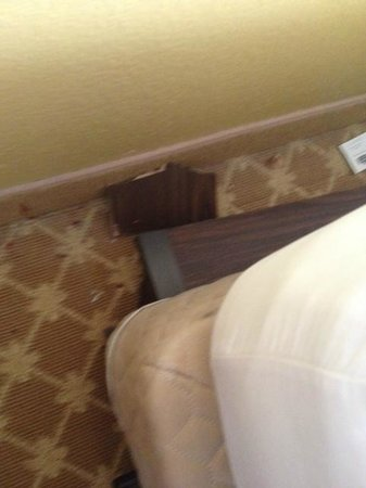 Country Inn & Suites By Carlson, Manteno: broken bed