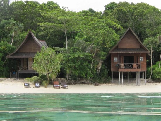 Lankayan Island Dive Resort : Chalets from the water