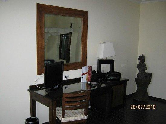 Domina Coral Bay Prestige Hotel : meuble bureau + télé plasma