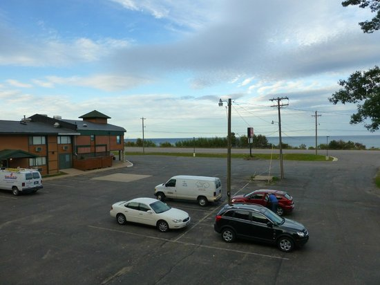 Econo Lodge Lakeside: Blick über Parkplatz auf See