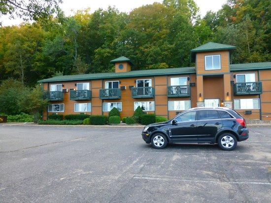 Econo Lodge Lakeside : Der Hotel-Teil mit Balkons