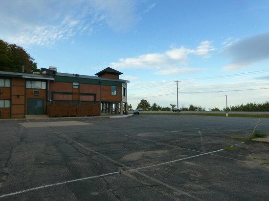 Econo Lodge Lakeside : Blick zum Hoteleingang am Hwy 41
