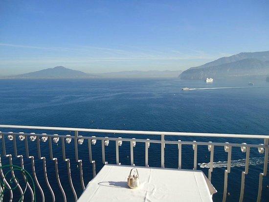 Hotel Belair: Vesuvius from restaurant balcony at breakfast time