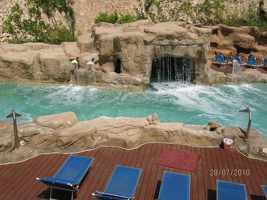 Domina Coral Bay Prestige Hotel: une piscine à l'eau de mer avec chutes et vagues