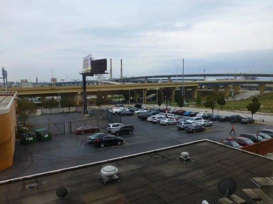 Ramada Milwaukee Downtown: Blick aus dem Zimmer auf den Parkplatz + Freeway