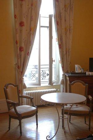 Chambres d'Hotes les Terrasses de l'Enclos: our room